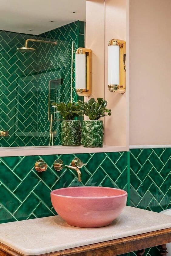 różowa umywalka nablatowa zielone płytki ceramiczne