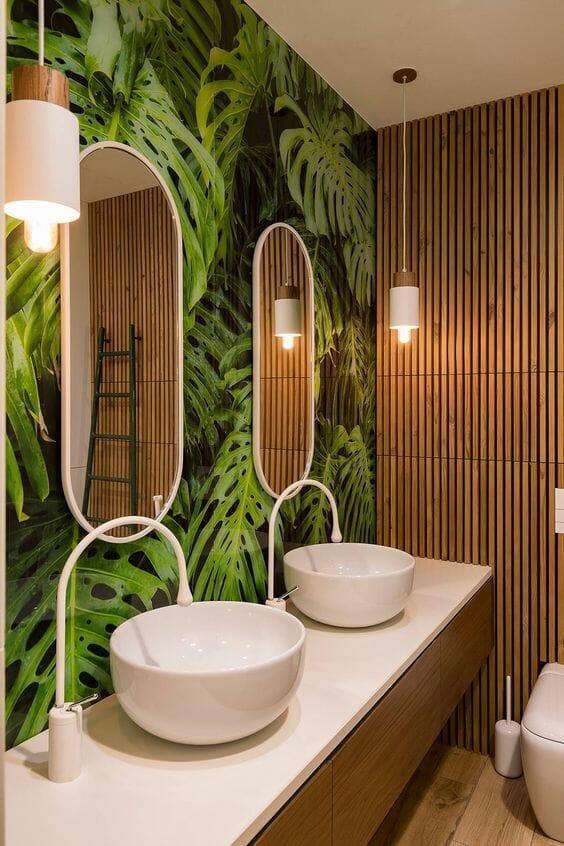 umywalka nablatowa nowoczesna tapeta jungle w łazience drewniane panele na ścianie