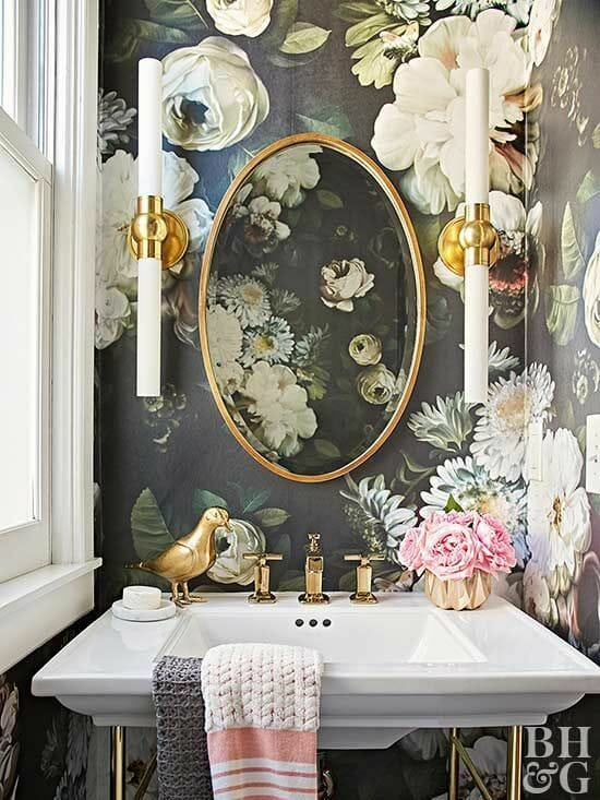 elegancka klasyczna łazienka z tapetą w kwiaty i złotymi dodatkami