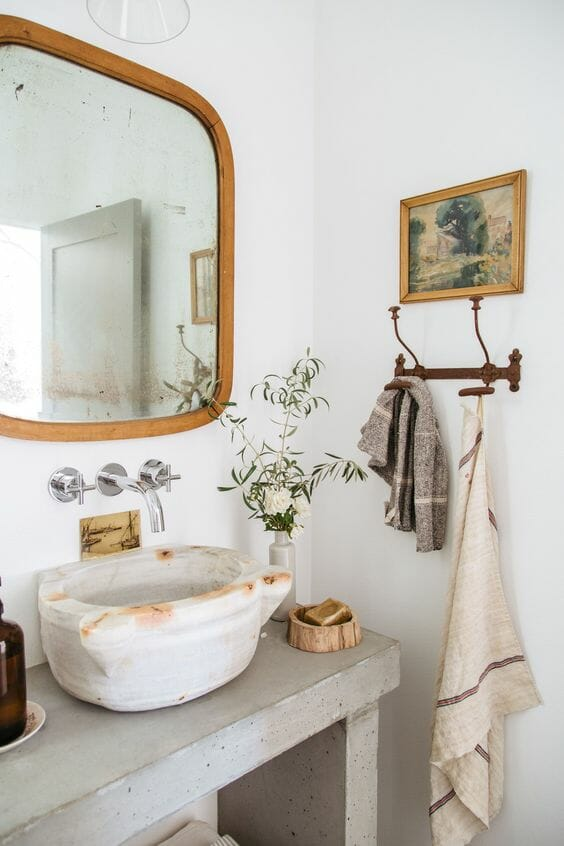 łazienka vintage umywalka nablatowa kamienna drewniane lustro dodatki retro