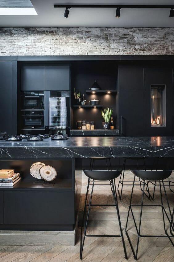 czarna elegancka kuchnia z marmurową wyspą, inspiracje jak urządzić kuchnię