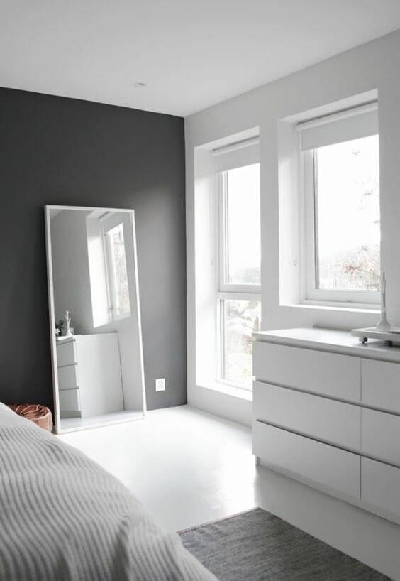 sypialnia w stylu skandynawskim - białe meble i szare ściany