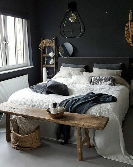 czarna sypialnia w stylu minimalistycznym z drewnianą ławą