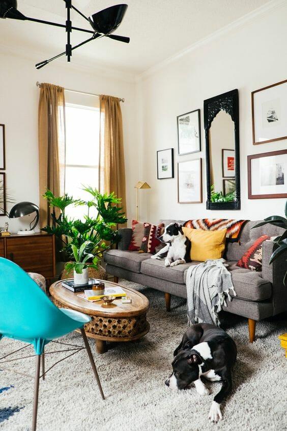 biały salon z szara kanapą