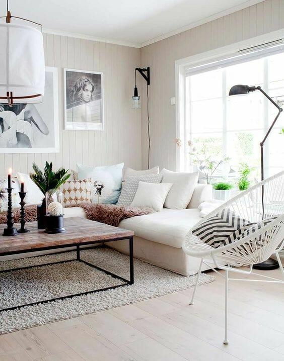 biała aranżacja salonu z białą kanapą