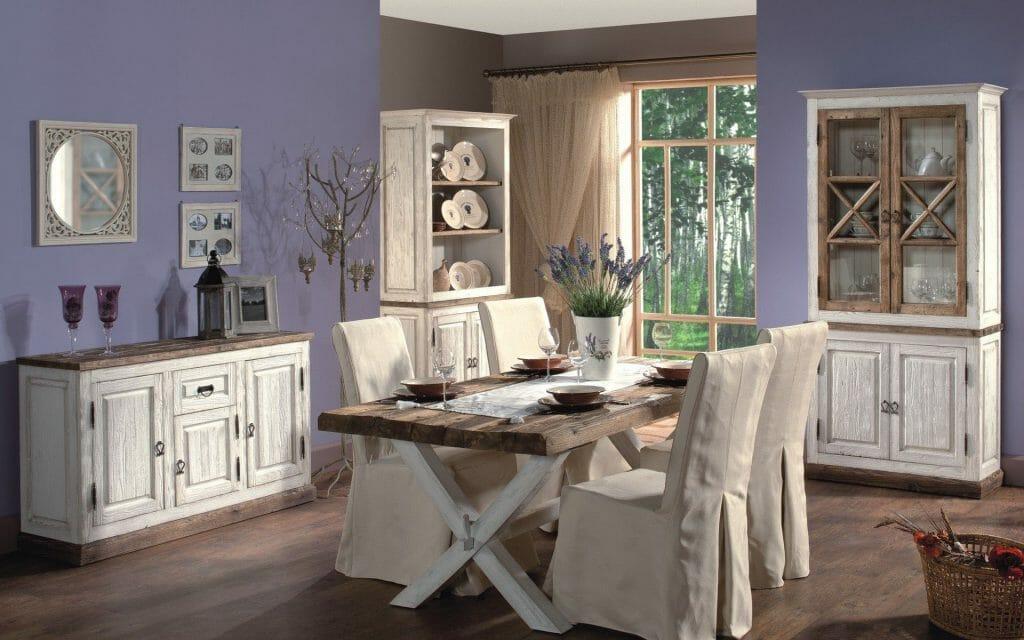 lawendowy Salon w stylu prowansalskim z białymi meblami