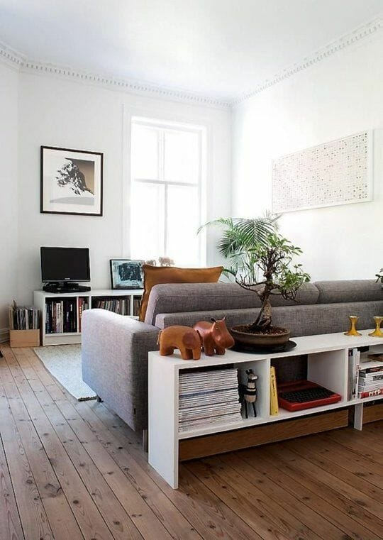biały, klasyczny salon z drewnianą podłogą