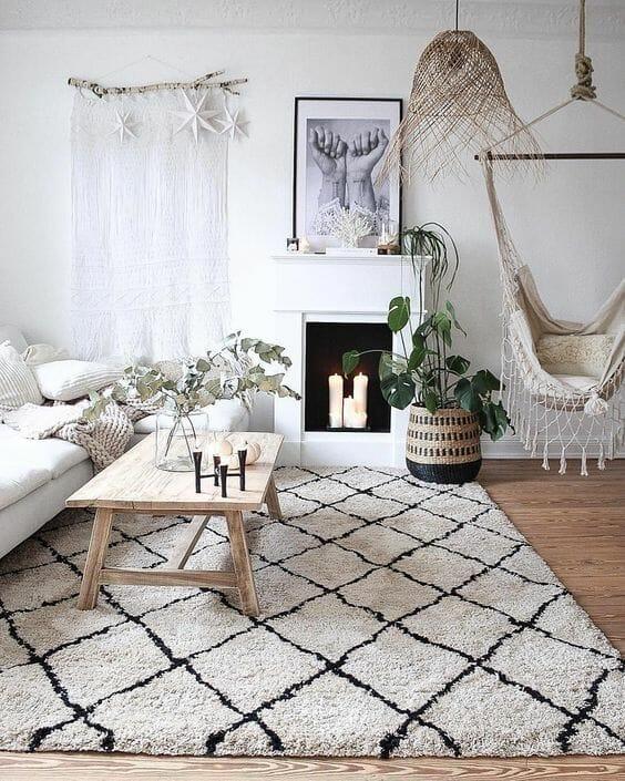 dywan boho w salonie z krzesłem brazylijskim
