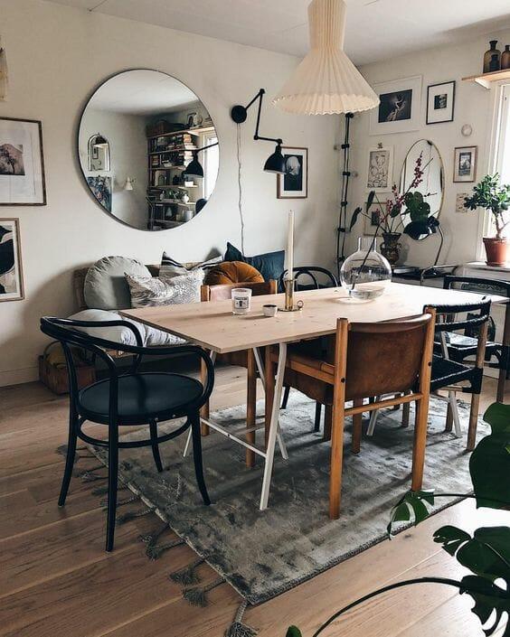 salon z okrągłym lustrem i stołem jadalnianym