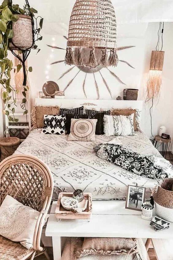 sypialnia w stylu skandynawskim z boho dodatkami