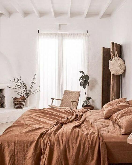 biała sypialnia z brązowymi dodatkami