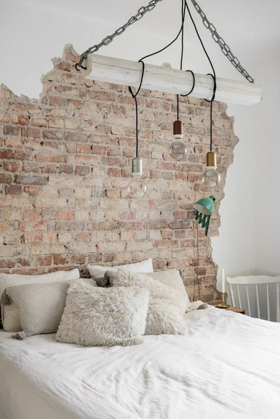 industrialna sypialnia w stylu skandynawskim z cegłą na ścianie