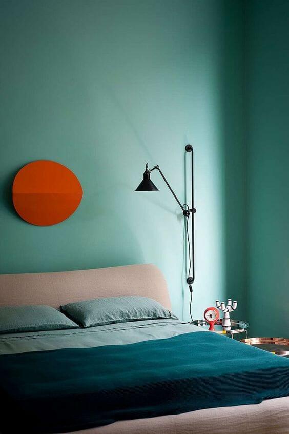 niebieska sypialnia w stylu minimalistycznym