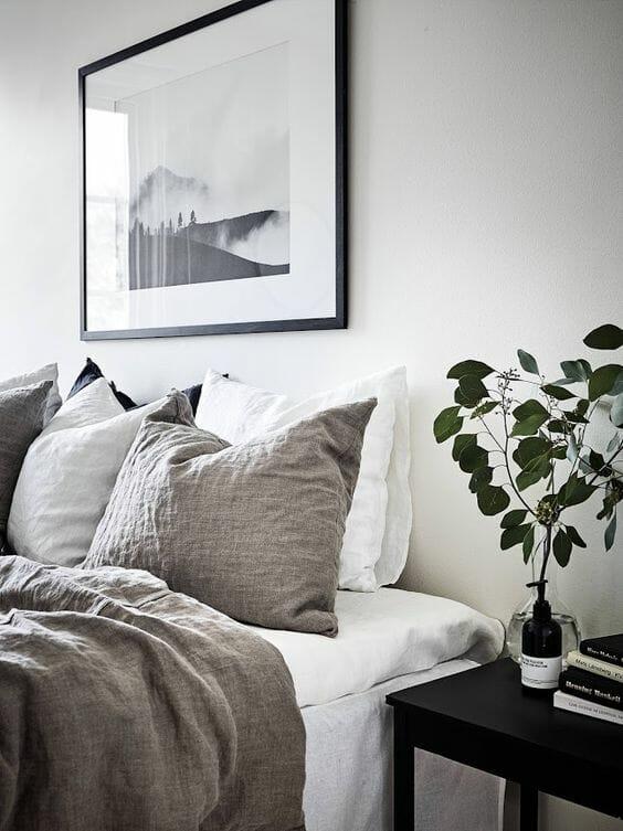 sypialnia w czerni i bieli z beżowymi tekstyliami