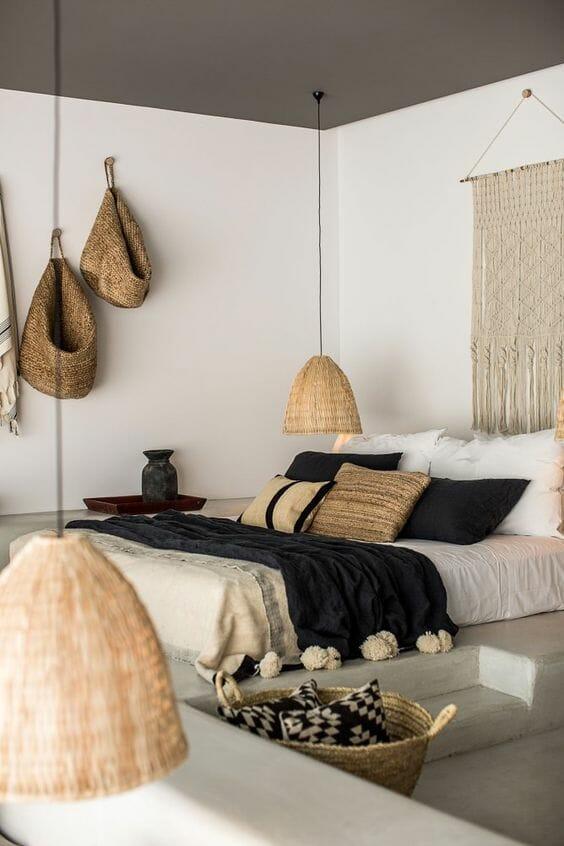 scandi boho sypialnia z drewnianymi dodatkami i makramą na ścianie