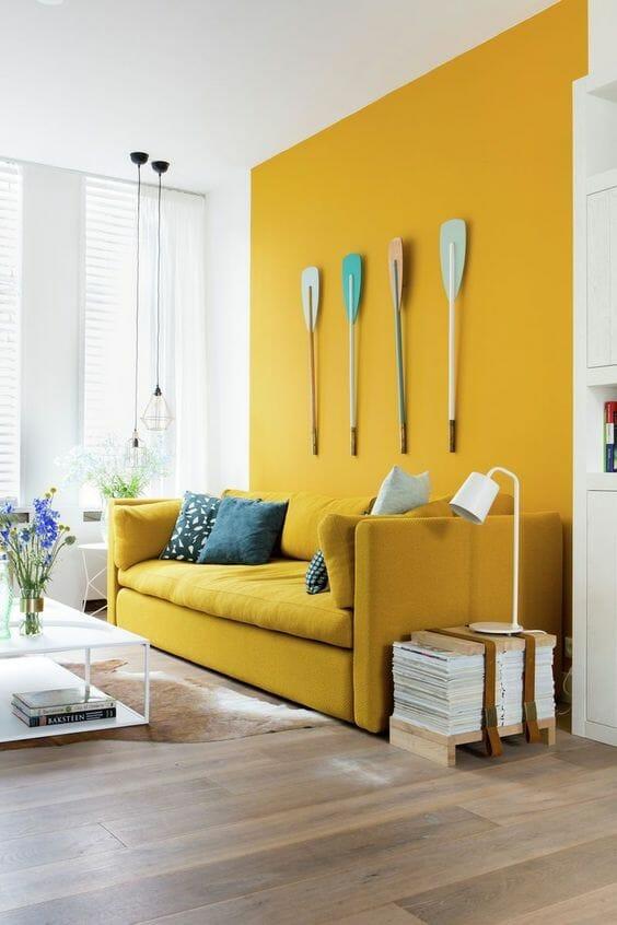 żółty akcent w salonie