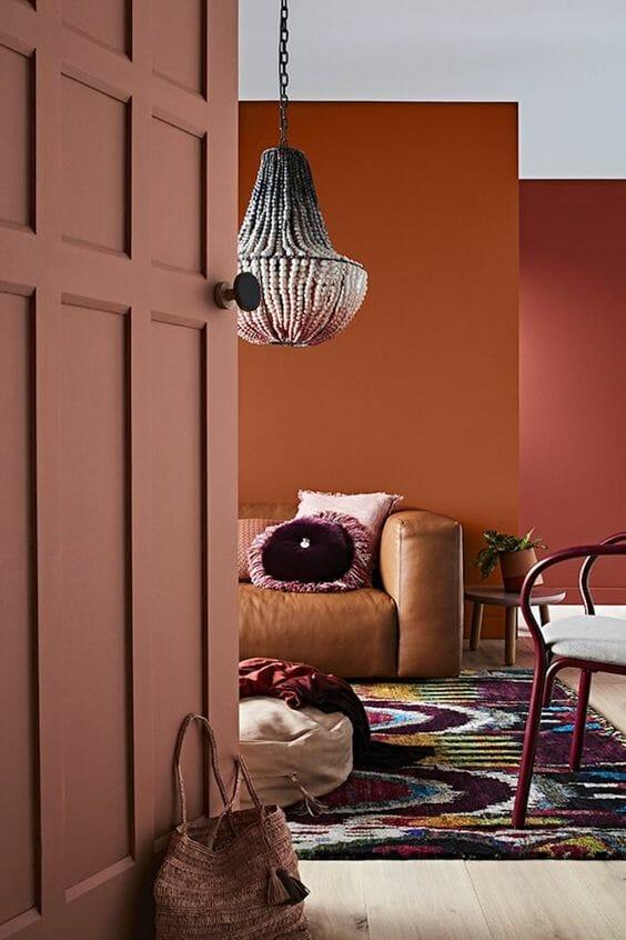 brązowe ściany w salonie