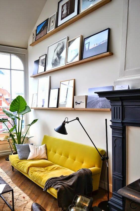 mały salon aranżacje z żółtą kanapą