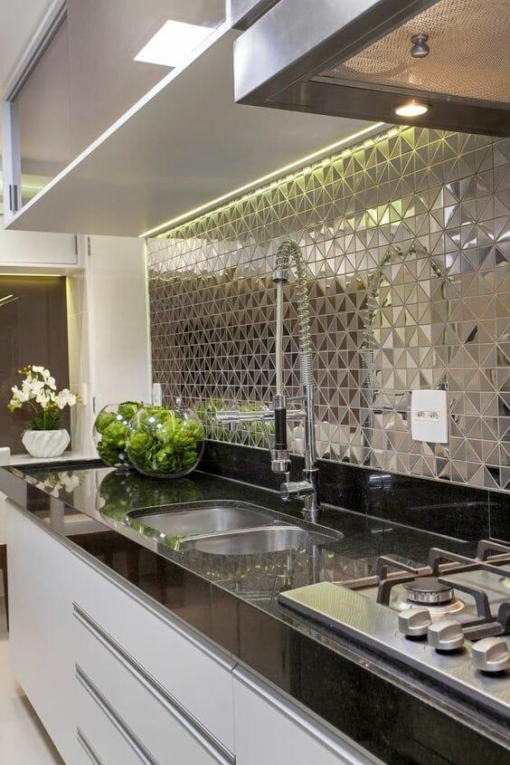 srebrna mozaika w kuchni