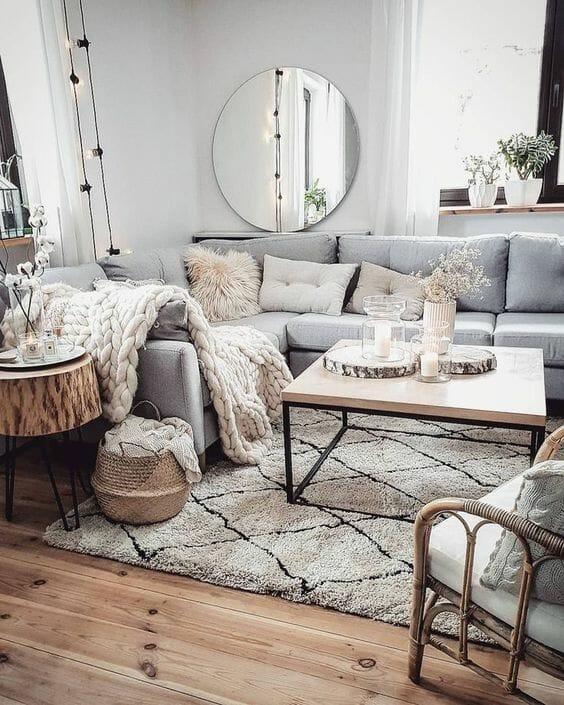 Salon z narożnikiem i stołem drewnianym