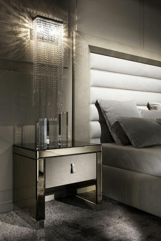 srebrna ściana w sypialni kinkiety kryształowe