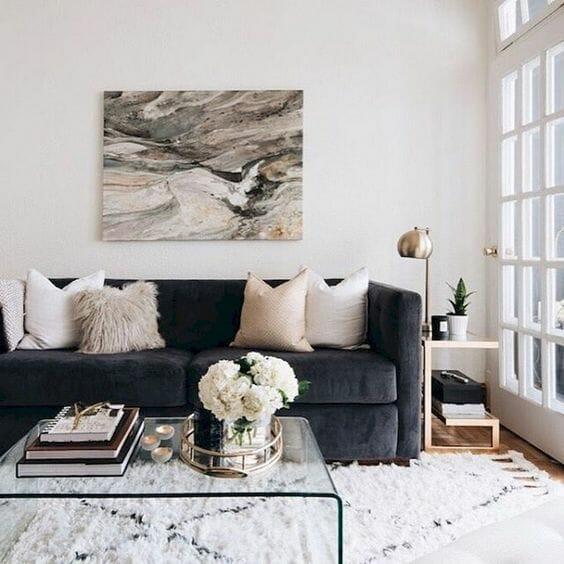 salon przytulny z puchatym dywanem i grafitową kanapą