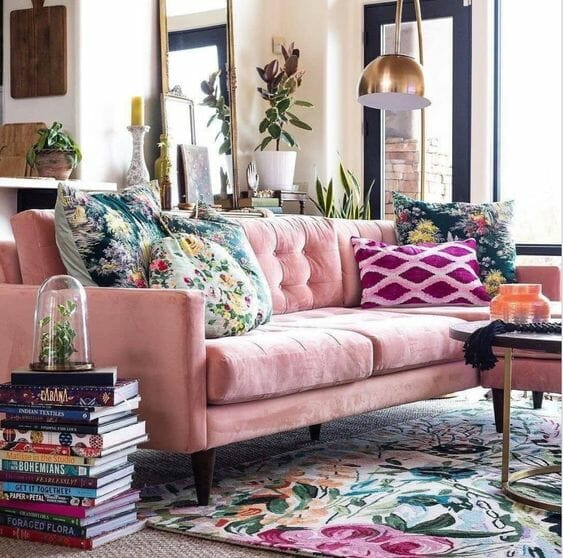 różowa kanapa