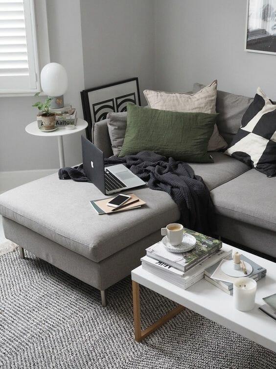 szary salon przytulny z dużą ilością poduszek