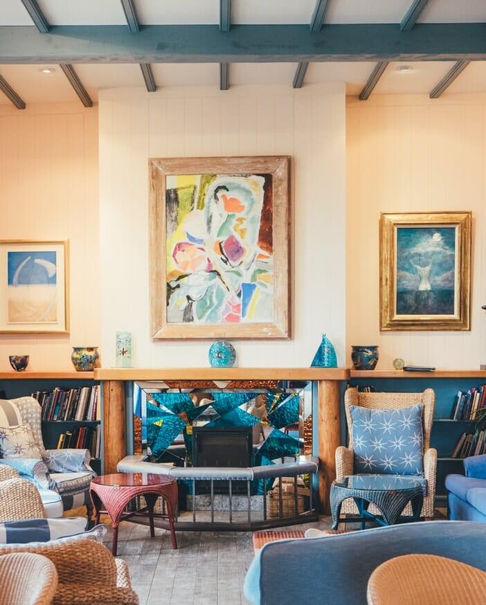 sztuka współczesna - obraz w salonie