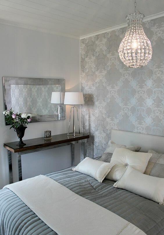 srebrna ściana w sypialni z kryształowym żyrandolem