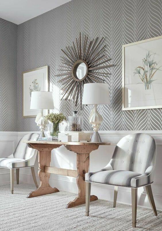 srebrna ściana w salonie tapeta