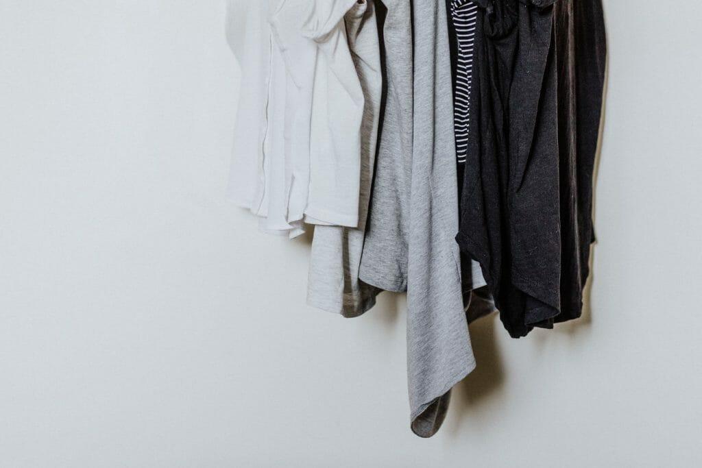 jak ułożyć rzeczy w szafie
