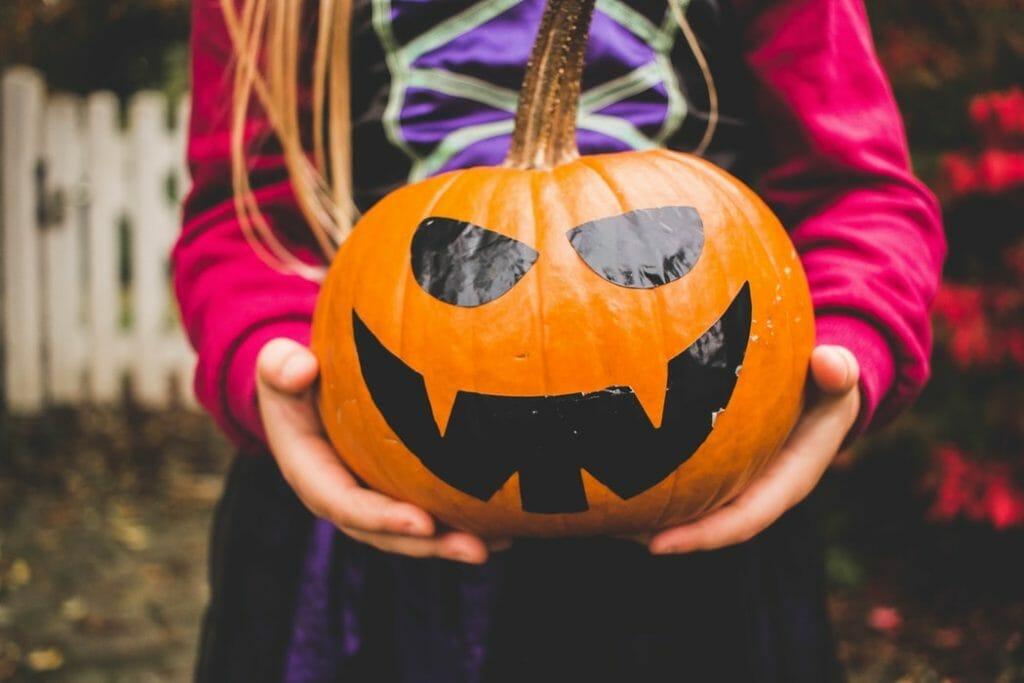 Ozdoby na Halloween - DIY dynia z naklejkami