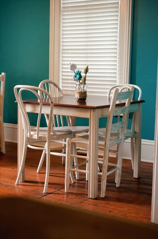 biale krzesla i stol