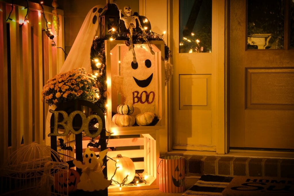 straszne ozdoby na halloween przed dom