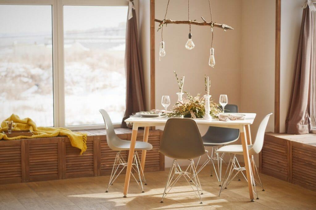 stol z krzeslami w salonie