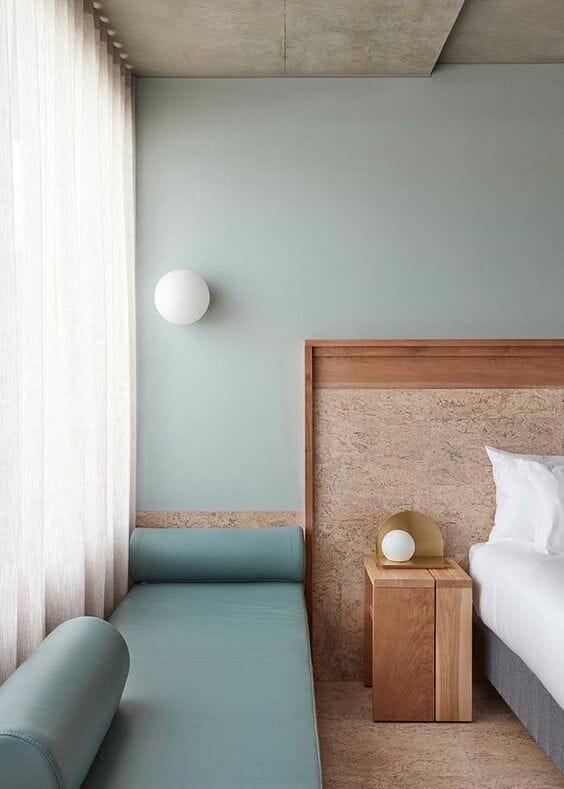 korek na ścianie w sypialni