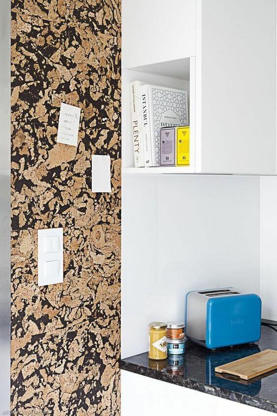 korek na ścianie w kuchni