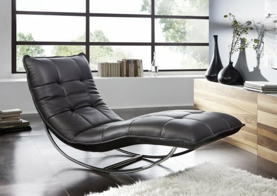 fotel wypoczynkowy leżanka do salonu. czarny skórzany szezlong
