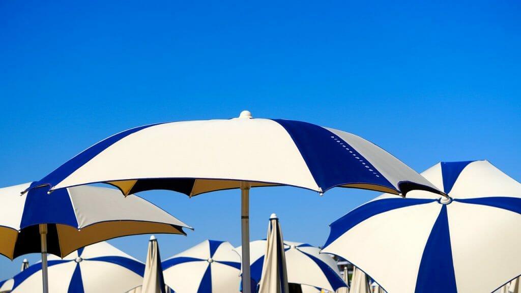 rodzaje parasoli balkonowych i ogrodowych