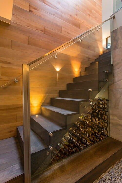 wino pod schodami