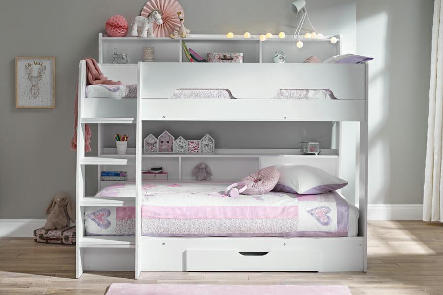 Łóżka półpiętrowe a łóżko piętrowe dla dzieci