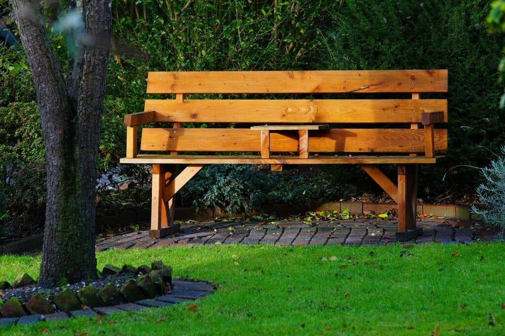 Gdzie najlepiej ustawić ławkę w ogrodzie?