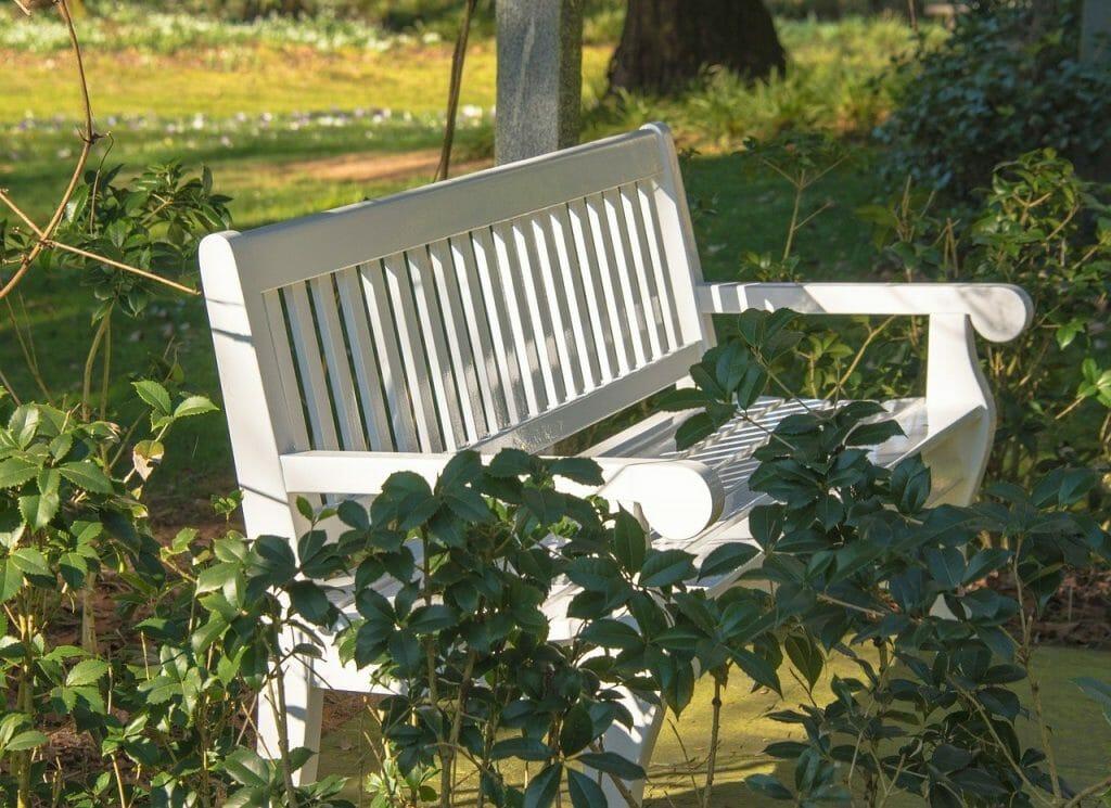 Jak dbać o ławkę ogrodową?